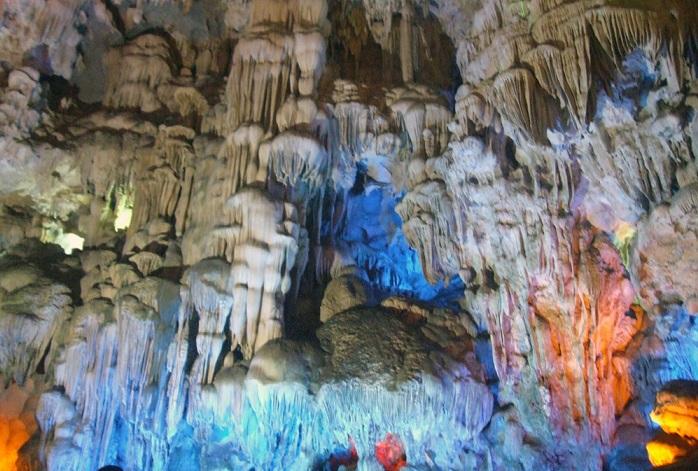Những khối nhũ đá lung linh trong hang Đầu Gỗ
